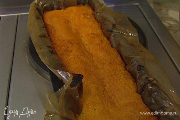 Высокую форму выстелить бумагой для выпечки, смазанной сливочным маслом, выложить в нее тесто и отправить в разогретую духовку на 15–20 минут, затем духовку выключить и оставить там корж еще на 10 минут.