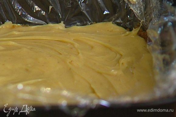 Когда крем из сгущенки остынет, выложить его на корж и равномерно распределить, а затем отправить в холодильник еще минимум на 30 минут.