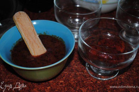 Берем печенье мокаем в збитые сливы и выкладываем в креманки