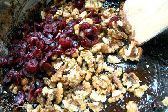 Добавить орехи (крупными кусочками, хотя можно немного раздавить) и клюкву. Размешать еще один раз, без фанатизма. Получится густое и вязкое тесто.