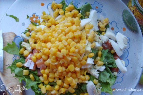 Добавляем кукурузу, соль, укроп, масло и