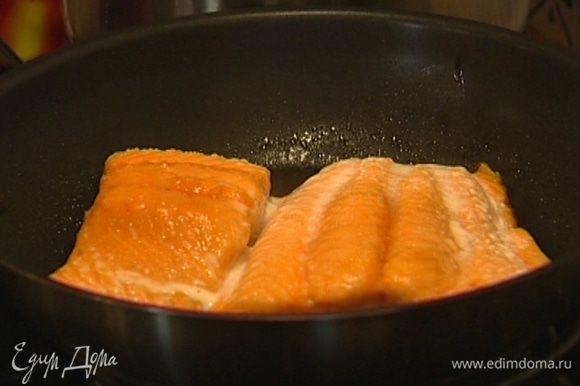 Семгу уложить кожурой вниз на сухую сковороду и слегка поджарить, затем отправить в разогретую духовку и запекать до готовности 7−10 минут. Подавать семгу с ореховым соусом.