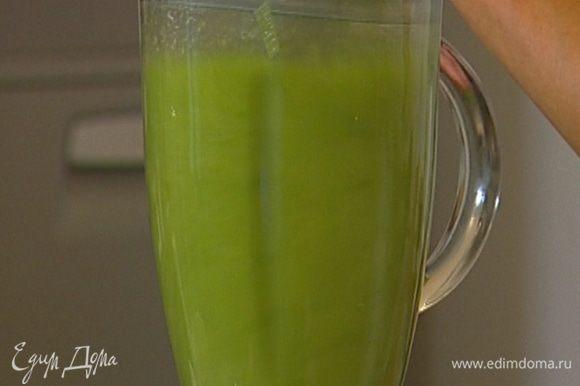 Отваренные овощи выложить в блендер и измельчить, постепенно вливая бульон, в котором они варились (суп не должен быть слишком жидким).