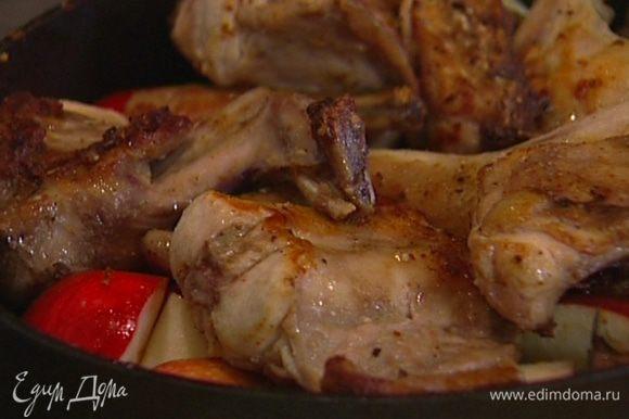 Веточки розмарина и тимьяна вынуть, влить 250 мл вина, выложить в сковороду мясо кролика (бекон пока не добавлять!), накрыть сковороду крышкой и тушить 25–30 минут.
