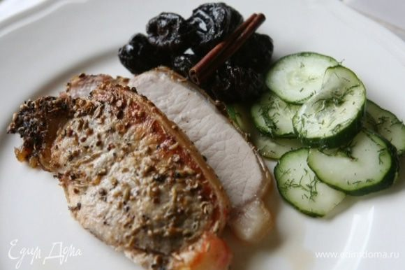 Готовую свинину переложить на тарелку и дать ей отдохнуть 15 минут, затем нарезать и подавать с огурцами и черносливом.