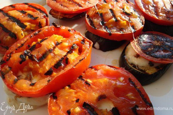 Собираем башенки дальше: на баклажаны с сыром раскладываем помидоры и присыпаем базиликом. Теперь все это дело слегка сбрызгиваем оливковым маслом. Можно дать блюду немного постоять, чтобы овощи с сыром пропитались друг другом, а если уже не терпится, то смело выставляйте на стол и налетайте. Не забудьте поделиться с ближними, это очень вкусно. Приятного аппетита! P.S. Можно еще сначала потереть зубчиком чеснока горячие баклажаны, а потом собрать башенки.