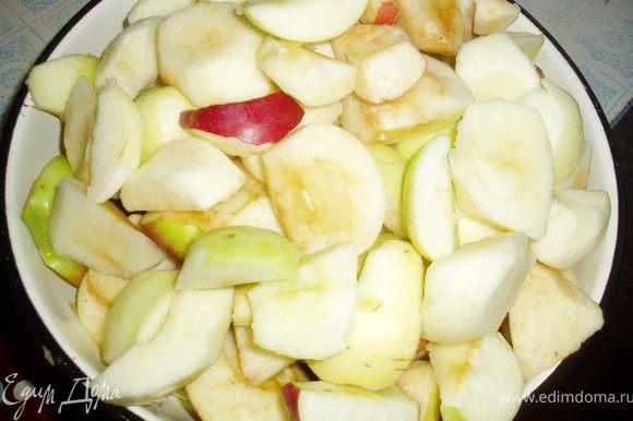 Яблоки почистить от семян и в оригинале почистить от кожуры. Но я решила оставить как есть:)