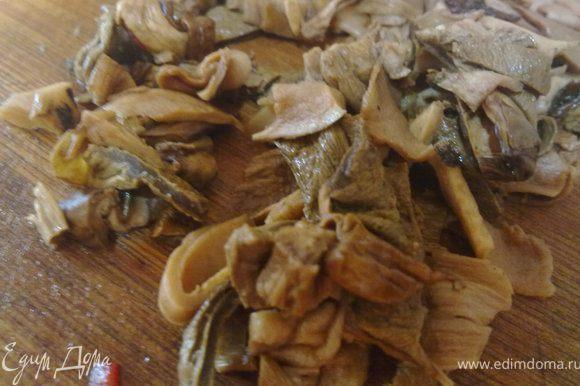 грибы достаем из воды, отжимаем лишнюю влагу и режем