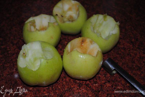 У я блок специальным ножом выбрать середину и каждое яблоко притрусить сахаромм или медом.
