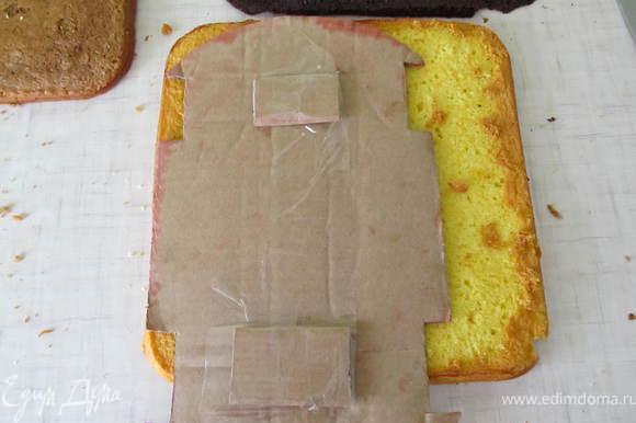 Бисквиты перерезать пополам и по шаблону вырезаем 3 шт, чередуя светлый корж и темный.