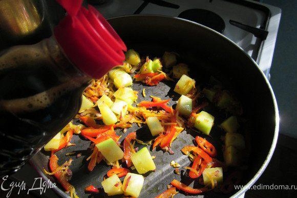 Добавить к овощам 3 ст. ложки соевого соуса.