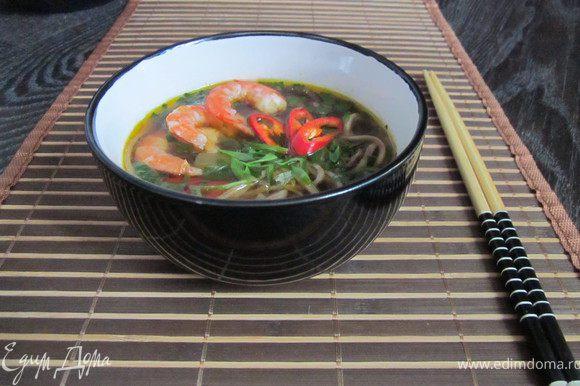 Пробуем суп. Я добавила еще 2 ст.л. соевого соуса. Суп готов, нам понадобилось для этого 30 минут (+2ч. замачивались грибы, что можно сделать заранее или использовать свежие грибы) Разливаем суп по тарелкам, традиционно японцы подают суп очень горячим. С верху посыпаем зеленым луком. Можно добавить кусочки курицы, рыбы или креветки. У меня суп постный, поэтому я использую креветки.