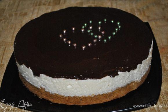 Застывший торт полить глазурью и украсить по желанию.
