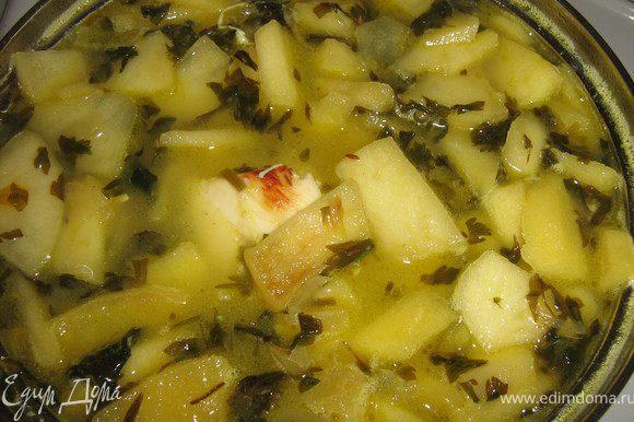 Выложить в сковороду куски отваренного филе, приправить солью и перцем и готовить все вместе на сильном огне 2 мин. Соединить бульон и содержимое сковороды, довести до кипения.