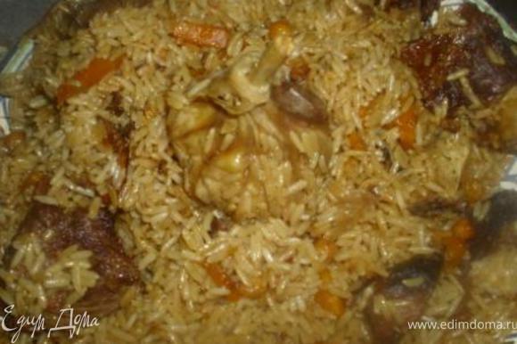 Выложить на блюдо, расположив мясо и чеснок поверх риса. Прошу к столу!