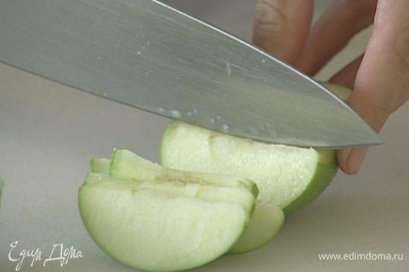 Яблоко нарезать крупными кусочками, добавить в салат, перемешать.