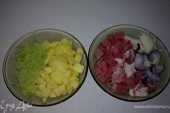 Для начинки мелко нарежте мясо и лук,картофель кубиками а редьку потрите на крупной тёрке.