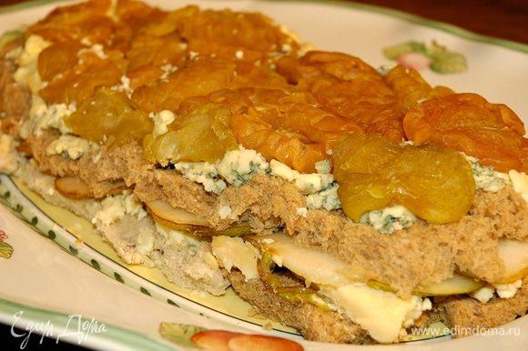 Выложить на блюдо, перевернув так, чтобы слой вяленых груш оказался сверху.