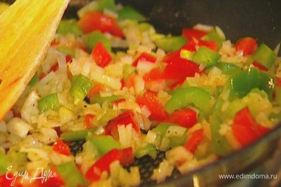 Красный и зеленый перец, удалив плодоножку с семенами, нарезать небольшими кубиками и добавить к луку.