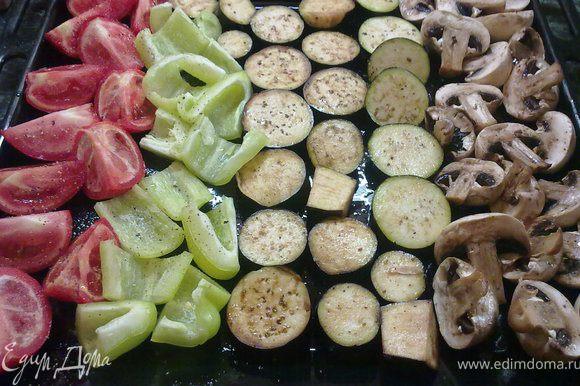 Режем баклажаны кружочками, помидоры на четвертинки, перцы небольшими кусочками.Выкладываем все на противень и грибы тоже. посыпаем овощи солью и перцем сбрызгиваем оливковым маслом
