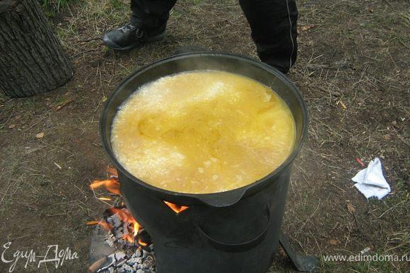 Залить водой приблизительно на 1,5 см выше поверхности риса.