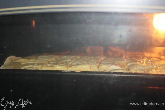 Выложить на смазанный маслом противень и выпекать минут 20 при 180 градусах до подрумянивания.