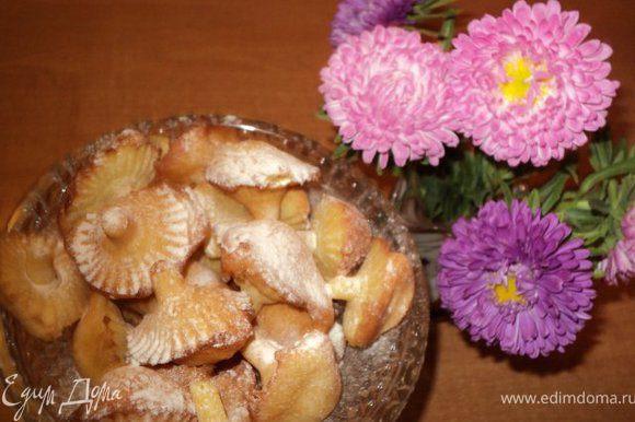 При подаче можно посыпать сахарной пудрой. Но и без посыпки оно вкусное и красивое.