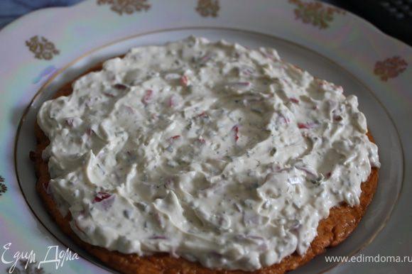Наконец, собираем весь торт. На красный омлет выкладываем половину нашего крема...