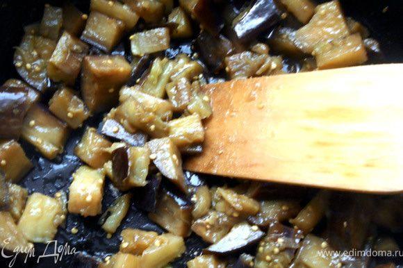 """Баклажаны нарезать произвольно, обжарить на сухой сковороде несколько минут на сильном огне, помешивая. Добавить немного масла, уменьшить огонь и готовить под крышкой. ***На этом этапе можно добавить немного воды - баклажаны хорошо """"пропарятся"""" и меньше масла потребуется***."""
