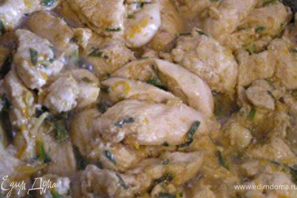 Разогреть немного растительного масла в той же сковороде в которой жарился лук. Добавить полоски курицы и жарить, время от времени помешивая, 5-7 минут, пока курица насквозь не потеряет розовый цвет. Выложить в чистую миску.