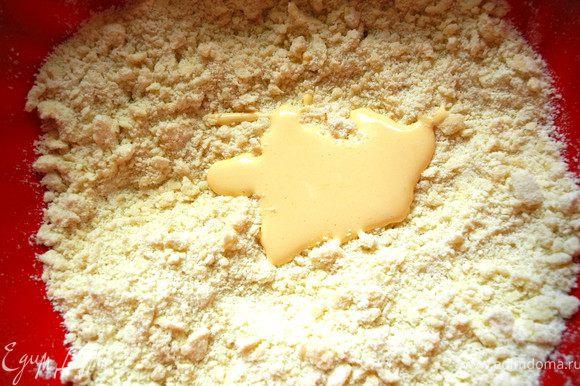 В нее постепенно вмешиваем желтки с сахарной пудрой небольшими порциями и добавляем щепотку соли.