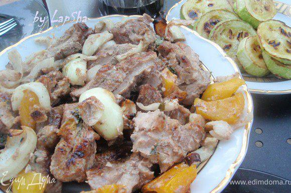 Поскольку мясо хорошо промариновано, то готовилось оно не долго, около 25-30 минут. Прекрасно подрумянилось, а внутри осталось сочным и нежным! В этот раз подавали с жаренным кабачком и ткемали! Ммм, очень вкусно! Приятного аппетита!