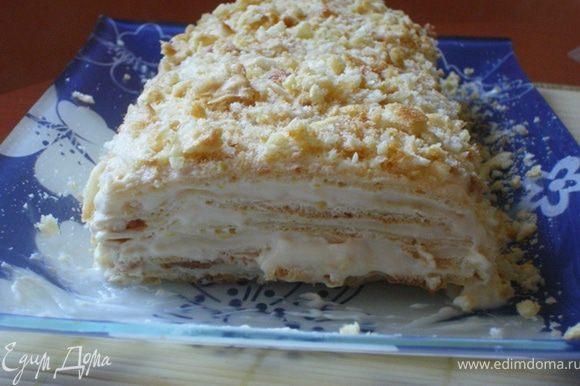 Собираем наш тортик, промазываем кремом. Сверху посыпаем измельченными подсушенными обрезками( смешно звучит))). И вот что у нас получается !!! ( на фото кусочек срезали уже на пробу)