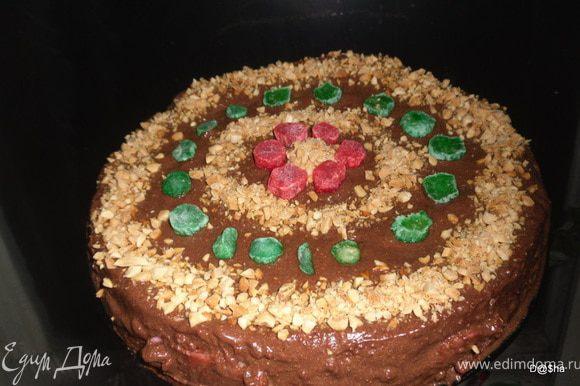 Дать подстыть немного зефиру и выложить наверх второй корж, немного прижав его. Верх залить помадкой и украсить. Убрать торт на холод не менее чем на 5 часов, лучше на ночь.