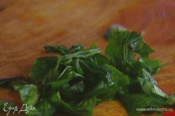Листья базилика порвать руками и посыпать салат.