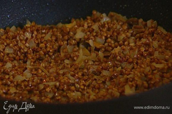 Куриный бульон разогреть и вливать в гречку небольшими порциями.