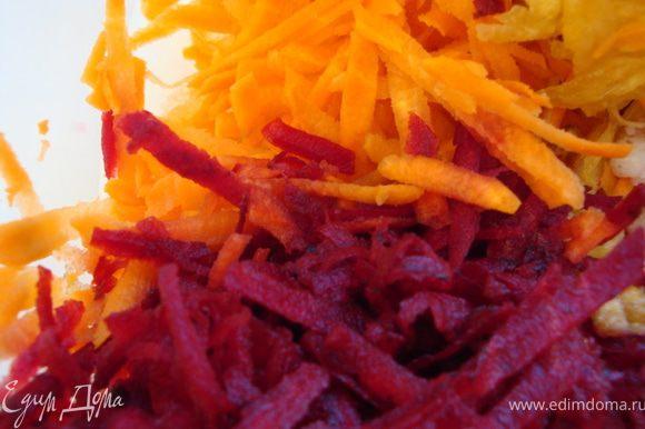 На крупной терке натерла свежие (сырые) морковь и свеклу.
