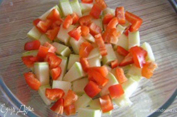 Нарезать перец, половину порции уложить поверх кабачка,