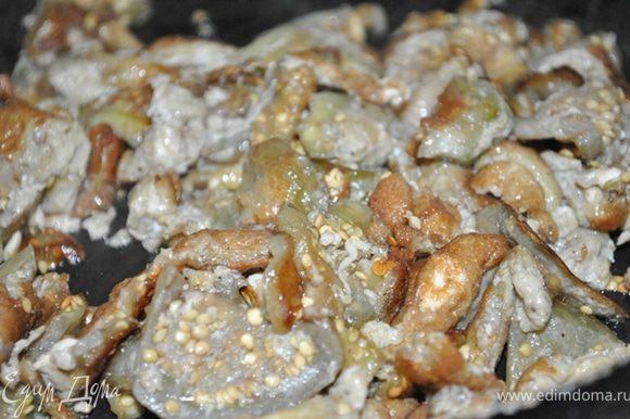 Разогреть раст. масло, высыпать баклажаны и жарить до готовности, пока баклажаны не покроются румяной корочкой. Остудить.