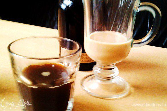 В кофе насыпать сахар, я кладу 1 ч ложку, ликеры дают свою сладость. Влить в айриш бокал.