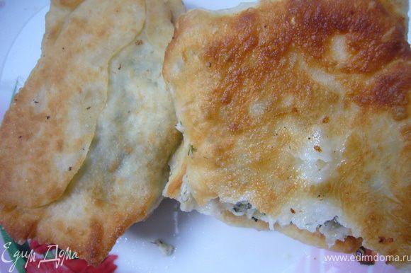 Раскатать тесто,нарезать на квадраты,выложить начинку,скрепить края.Обжарить на сковороде с растительным маслом,до румяного цвета.