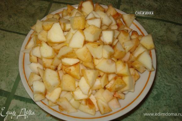 Готовим начинку. Яблоки моем, очищаем кожу и сердцевину. Нарезаем их на небольшие кубики.