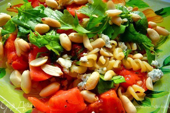 Выложить на тарелку,порвать поверх руколу,присыпать поломанным мелко ДорБлю и арахисом или кедровыми орешками.