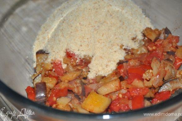 Выложить овощи в тарелку, добавить соль, перец, базилик, сухари. Перемешать.