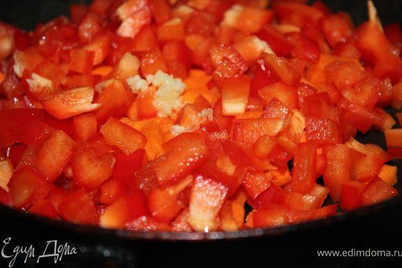На сковороде на масле обжарить морковь, сладкий перец и чеснок 3 минуты.