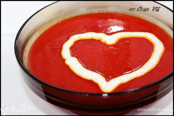 Сливки взбить в пену (я взбивала сливки со сметаной). Наполнить ими кондитерский шприц и украсить суп сердечками!!!