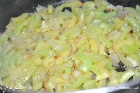 В кастрюлю налить 2 ст.л. оливкового масла, доб. лук, жарить до золотистого цвета. Затем чеснок, через минуту перец и жарить под крышкой 5 минут.