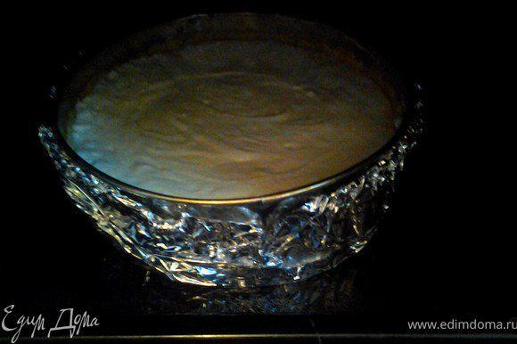 Налить в противень воду, поставить в воду форму, обмотанную фольгой, чтобы вода не попала внутрь формы. Выпекать при температуре 160 гр, на водяной бане.