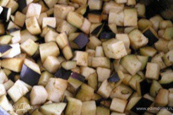 добавить нарезанные баклажаны, обжаривать 2-3 минуты, затем тушить 5 минут.