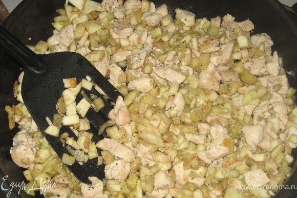 Баклажаны разрезать вдоль и вынуть из них мякоть.Рис отварить откинуть на друшлак и остудить.Куриную грудку нарезать кубиками и обжарить в небольшом количестве раст.масла.К курице добавить мелко нарезаную мякоть баклажана.Обжарить на среднем огне непрерывно помешивая.